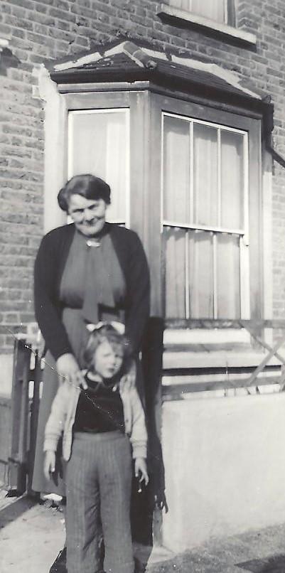 Amy_Louis_Skelton(Aunt_Doll)_Raye_Seagraves_outside_22_Elm_Road_001 (3)