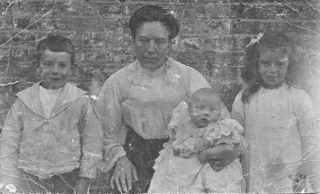 Harriet Skelton and children (3)