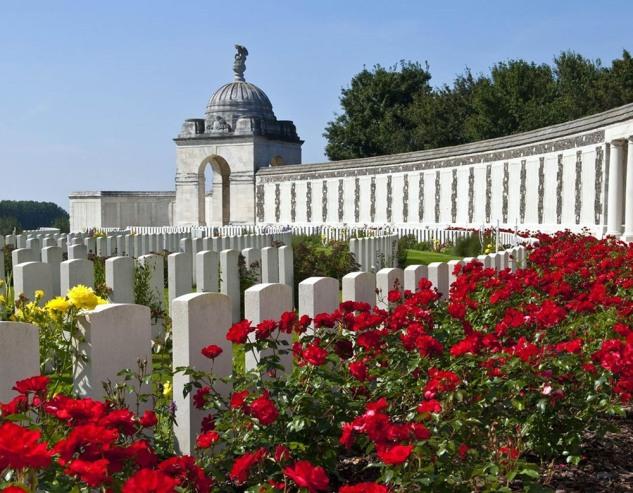 tyne-cot-cemetery-belgium-123rf-15203002-rf_tablet.jpg