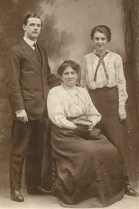 thomas_and_edith_with_mother_harriett_'before_going_to_the_war' (2)